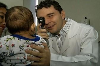 Médico faz transplante raro  em bebê (Médico faz transplante raro  em bebê  (Reprodução/TV Anhanguera))