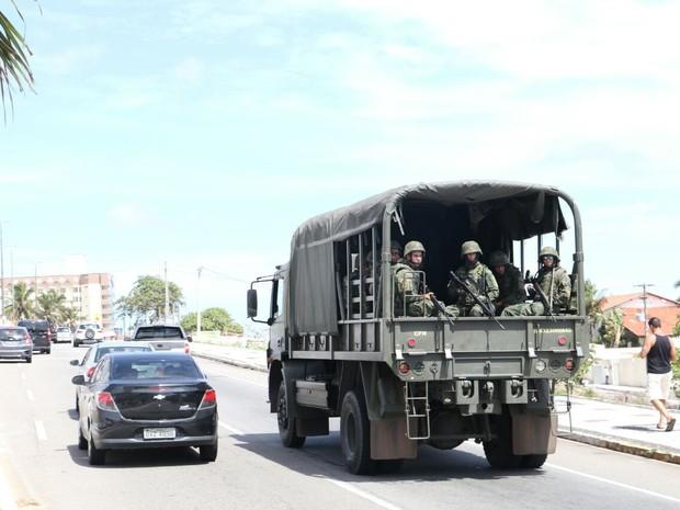 Militares estão nas ruas de Natal (Foto: Elias Medeiros)