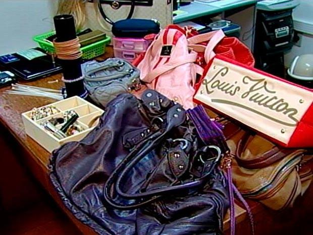 Mercadoria possivelmente roubada pela dupla foi apreendida (Foto: Reprodução/RBS TV)