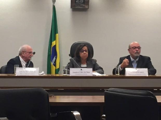 Da esquerda para a direita: Julio Jacobo, autor do Mapa da Violência; senadora Lídice da Mata, presidente da CPI; e Luiz Eduardo Soares, especialista em Segurança Pública (Foto: Henrique Arcoverde/G1)
