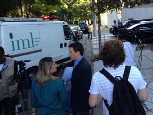 Carro do IML chega a prédio onde Chorão morava (Foto: Letícia Macedo/G1)
