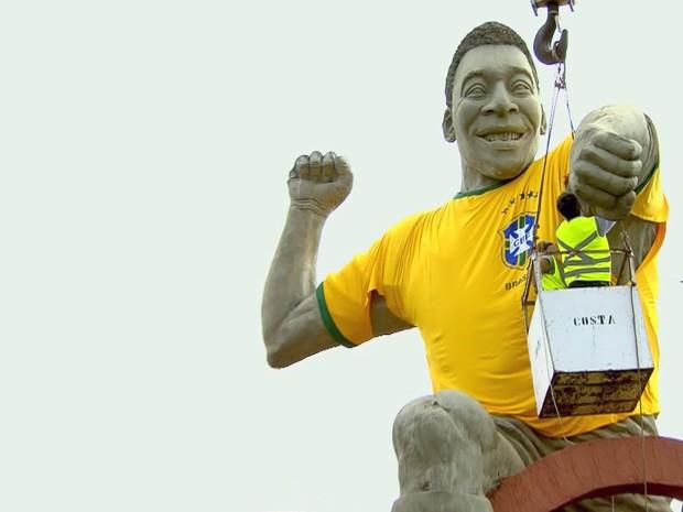 Estátua do Rei Pelé na Fernão Dias veste a camisa da Seleção (Foto: Tarciso Silva / EPTV)