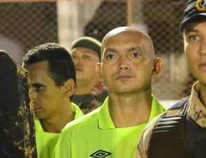 Árbitro Lenilson de Lima é escoltado pela polícia (Foto: Wilson Moreno/Gazeta do Oeste)