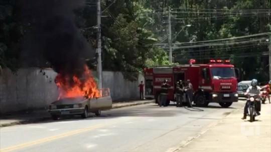 Vídeo mostra carro em chamas no Maricá em Pindamonhangaba; veja