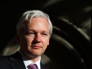 'As pessoas têm o direito de saber o que o governo faz em seu nome', defende Assange (Foto: Geoff Caddick/AFP)