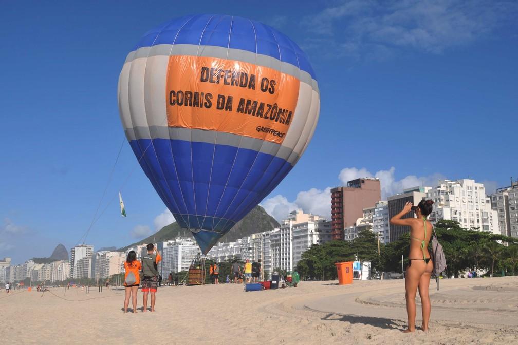 Um balão do Greenpeace exibe mensagem em defesa dos corais da amazônia durante protesto na praia de Copacabana, no Rio de Janeiro (Foto: Alessandro Buzas/Futura Press/Estadão Conteúdo)
