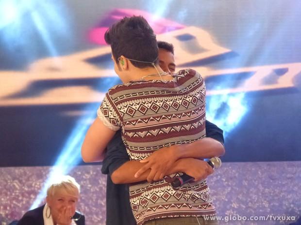 Xuxa chora enquanto observa Luan com fã Eduardo (Foto: TV Xuxa / TV Globo)