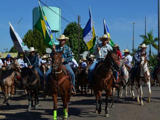 Mais de 2 mil participam da cavalgada de abertura da 30ª Expovil, em RO (Foto: Dennis Weber/G1)