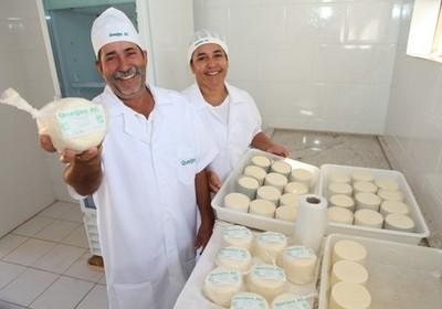 Amaro e Carlinda devem triplicar produção de queijos em breve (Foto: Edmar Wellington)