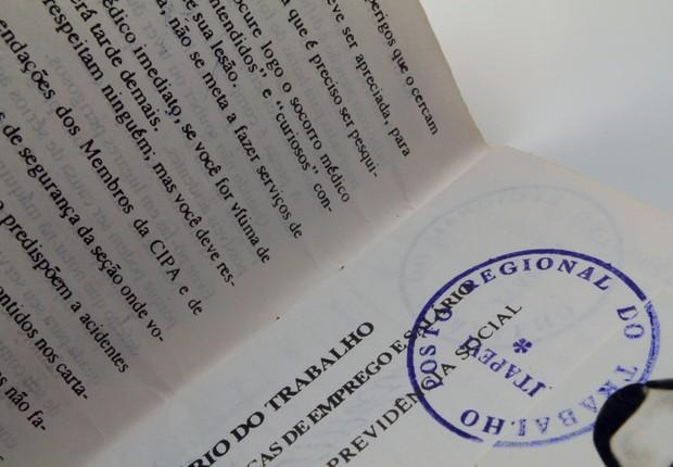carteira de trabalho, emprego, desemprego, CLT, trabalho formal (Foto: Marcos Santos/USP Imagens)