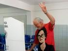 Jaques Wagner vota  na cidade de Camaçari (Adriana Oliveira/TV Bahia)