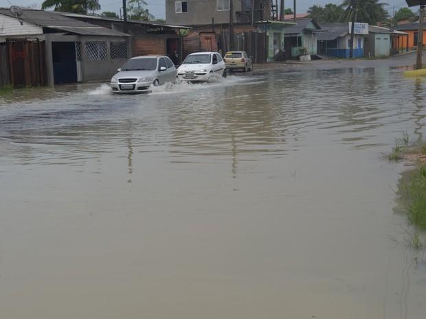 Avenida Timbiras foi outro ponto de alagamento em Macapá (Foto: Abinoan Santiago/G1)