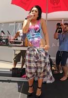 Demi Lovato usa bermuda que parece camisa xadrez. Veja fotos