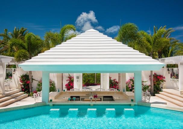 A casa tem duas piscinas  (Foto: Divulgação)