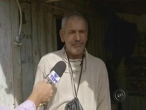 Pedreiro saiu da casa que pode ser soterrada contra própria vontade (Foto: Reprodução/ TV TEM)