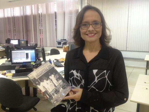 Jocyelma Santana demorou pouco mais de um ano para reunir documentos e histórias do Tocantins (Foto: Bernardo Gravito/G1)