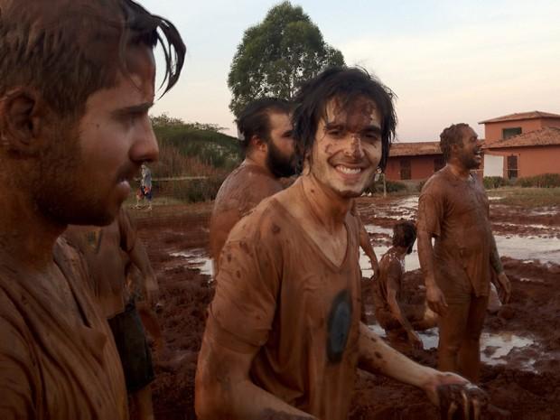 Fiuk aparece sujo de lama no clipe da música 'Foi preciso você' (Foto: Divulgação/Helio Leite)