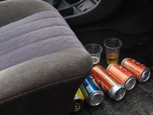 Dentro do carro haviam dois copos com cerveja (Foto: Reprodução/RBS TV)