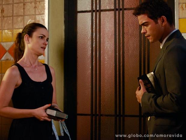 Gina descobre que Elias não quer se aproveitar dela (Foto: Ellen Soares/ TV Globo)