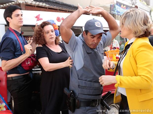 O policial precisa intervir para apartar as duas (Foto: Felipe Monteiro / TV Globo)