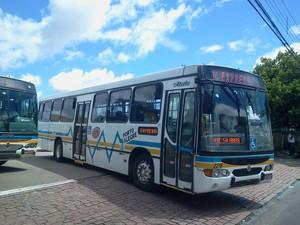 Ao meio-dia, ônibus voltaram a sair das garagens na Zona Sul de Porto Alegre (Foto: Vanessa Felippe/RBS TV)