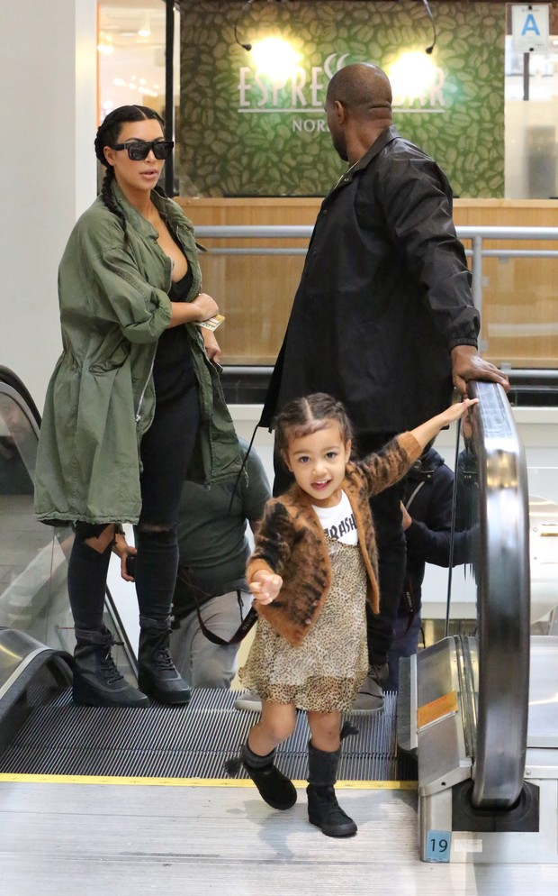 Kim Kardashian, Kanye West e North West (Foto: ROL/X17online.com)