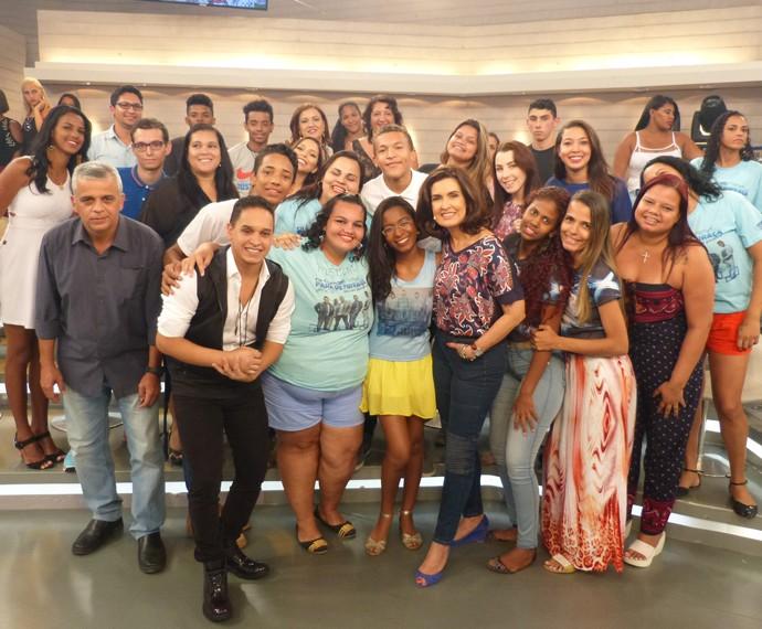 Os apresentadores entre todos os convidados do programa (Foto: Marcele Bessa / Gshow)