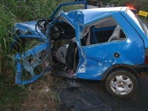 Motorista do Fiat Uno morreu no local (Foto: Divulgação/PRF)