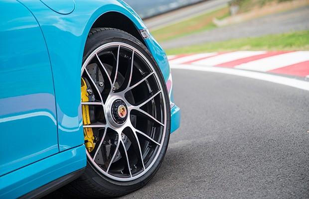 Rodas de porca central e freios carbono cerâmicos são de série no 911 Turbo S (Foto: Divulgação)