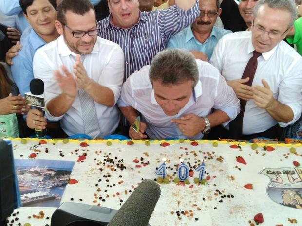 Zenaldo Coutinho soprou as velas do bolo do aniversário de Belém no mercado do Ver-o-peso (Foto: Arthur Sobral / G1)