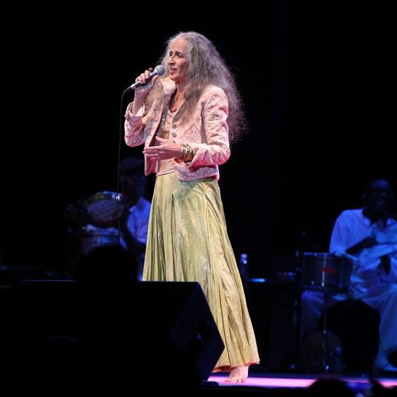 Maria Bethânia interpretou quatro músicas no Show de Verão da Mangueira e agradeceu no palco a homenagem que recebeu da escola em 2016, quando foi enredo da verde e rosa (Foto: Ag News)