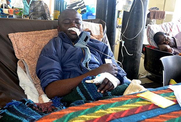 Kelvin Katoka se recupera no Hospital Central de Kitwe após ataque de cobra (Foto: AFP)