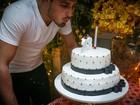 Por engano? Daniel Rocha comemora 24 anos com velas de 23
