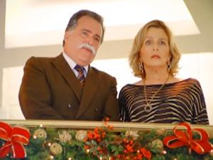 Otávio e Charlô olham assustados (Foto: Guerra dos Sexos / TV Globo)