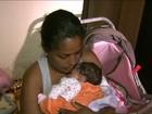 Bebê de 25 dias é salvo por policial depois de engasgar com leite da mãe