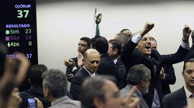 Parlamentares comemoram aprovação da reforma da Previdência por comissão (Foto: Agência Brasil)