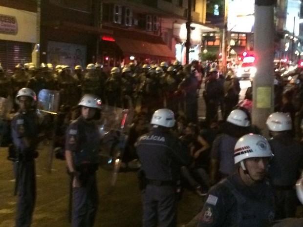 Polícia detém grupo que fazia protesto contra a Olimpíada em São Paulo (Foto: Roney Domingos/G1)