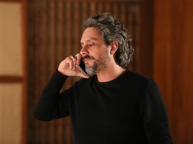 Zé ameaça Maurílio ao telefone (Foto: Isabella Pinheiro/ Gshow)