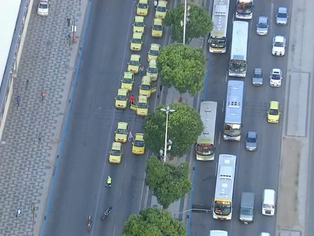 Avenida Presidente Vargas foi fechada por volta de 7h15 (Foto: Reprodução/TV Globo)