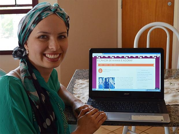 No blog, Lívia incentiva outras mulheres a encarar a doença da melhor maneira possível  (Foto: Fernanda Testa/G1)