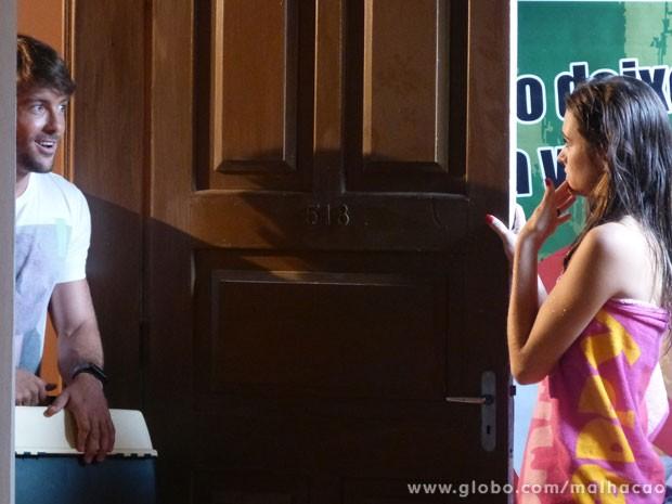 O Ricardão bate na porta e a pergunta da Fatinha é: deixa entrar ou sai pra lá? (Foto: Malhação / Tv Globo)