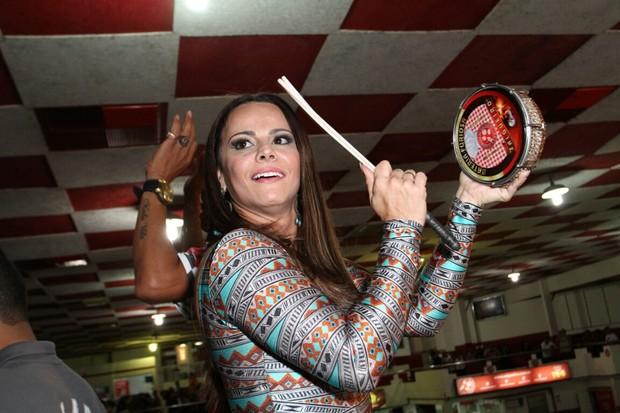Viviane Araújo em ensaio na quadra do Salgueiro no Rio (Foto: Anderson Borde / AgNews)