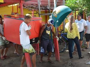 Comerciantes tiveram que desocupar barracas que estavam irregulares na praia do Poço, em Cabedelo, Paraíba (Foto: Walter Paparazzo/G1)