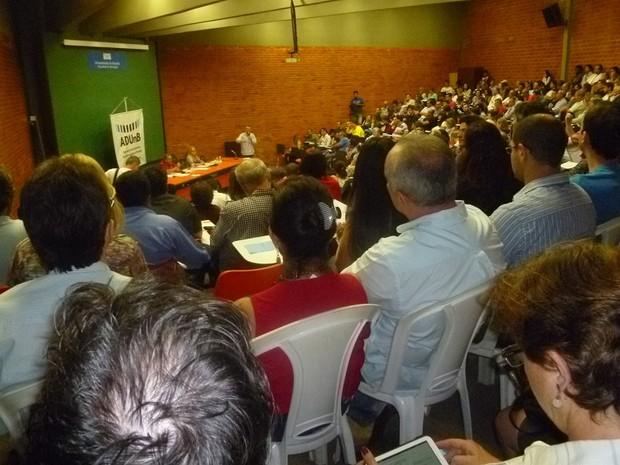 Professores da UnB em assembleia realizada na manhã desta quarta-feira  (Foto: AdUnb/Reprodução)