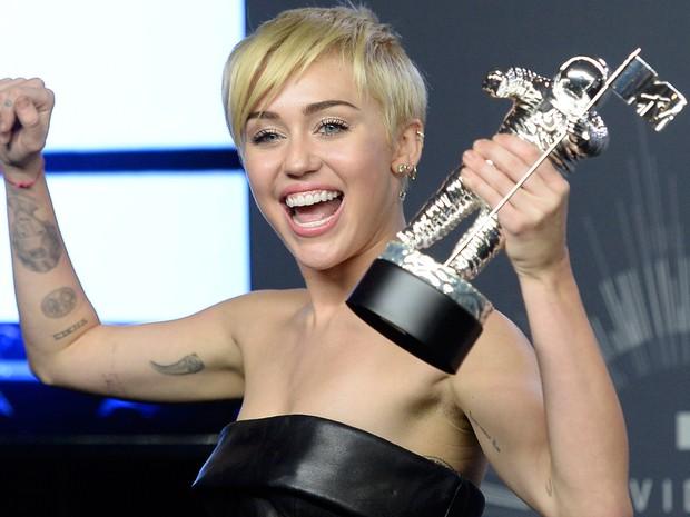 Miley Cyrus comemora o prêmio de Vídeo do Ano por 'Wrecking Ball' (Foto: Kevork Djansezian/Reuters)