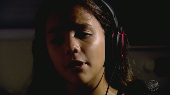 Cega, jovem de Altinópolis, SP, canta na web em busca de cura na Tailândia