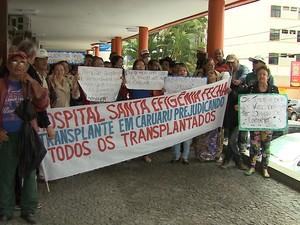 Pacientes protestam em frente à unidade de saúde que atendia a transplantados em Caruaru, Agreste de Pernambuco (Foto: Reprodução/ TV Asa Branca)