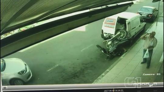 'Milagre', diz jovem após colisão violenta de moto com veículo em São João; vídeo