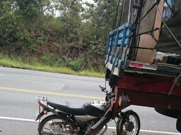 Um motociclista de 25 anos morreu na tarde desta sexta-feira (23), na BR-494, perto de Carmo da Mata. De acordo com a Polícia Militar Rodoviária, ele bateu na traseira de um caminhão que estava parado no acostamento, com problemas mecânicos. O jovem morto (Foto: PMR/Divulgação)