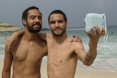 Silvio Guindane e Caio Blat (Foto: Dan Behr)